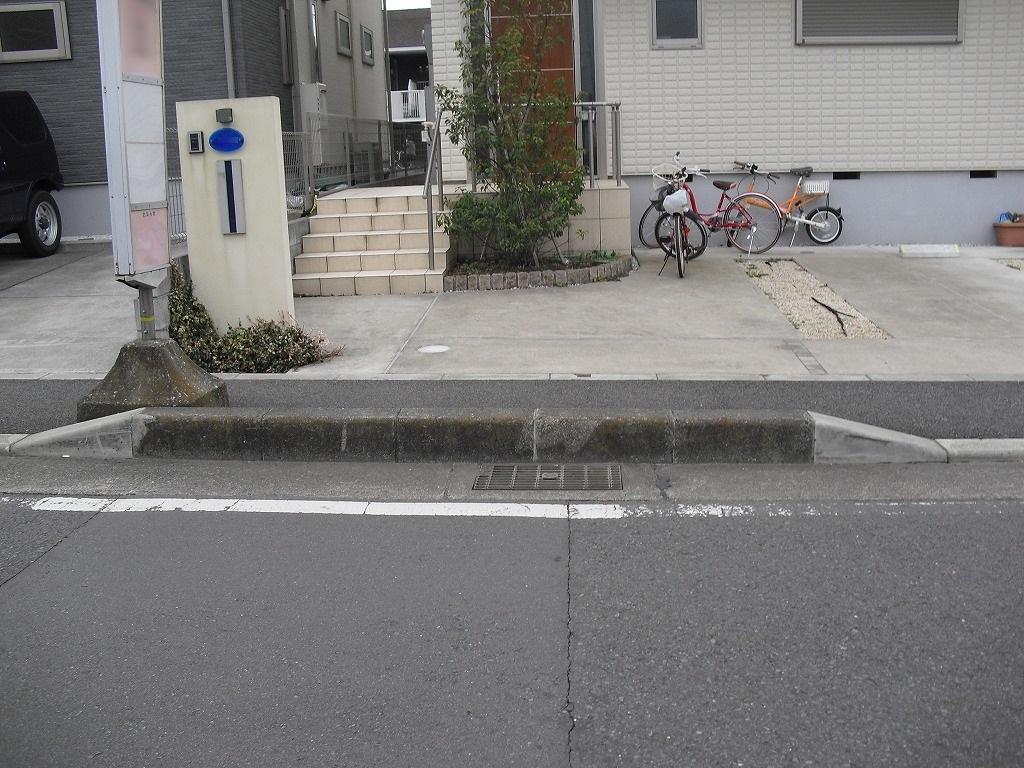歩道の縁石切下げ工事。